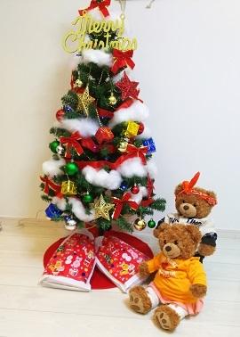 クリスマスツリーの下に座る二人